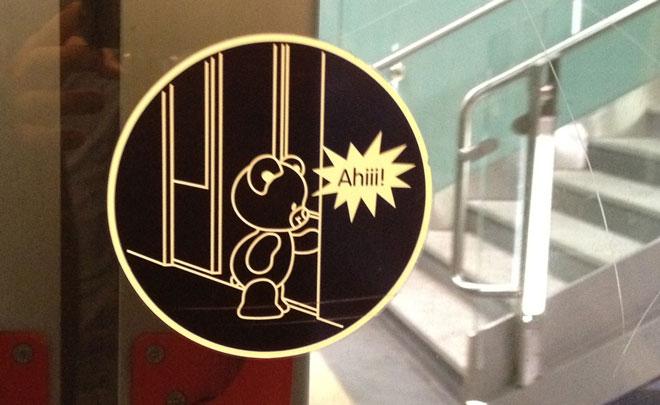 Un pittogramma per bambini collocato all'interno del treno