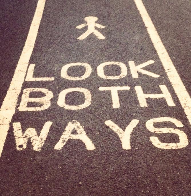 Foto di una strada americana con segnaletica su asfalto: guardare nelle due direzioni