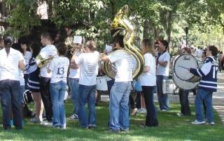 Foto di ragazzi che suonano trombe e tamburi