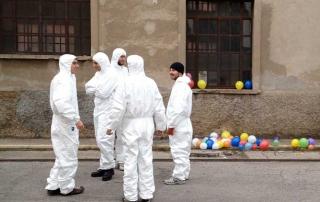 Immagine di un gruppo di persone con la tuta protettiva bianca