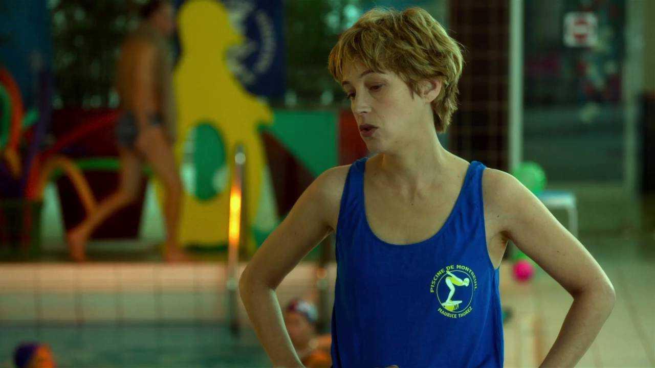 schermata film effetto acquatico, istruttrice in piscina