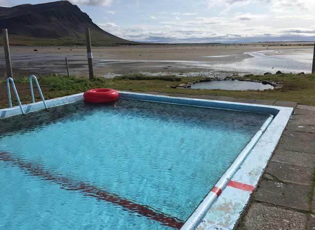 piscina islandese lungo un fiordo