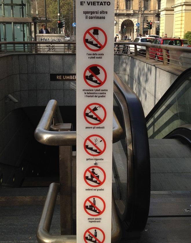 alcuni pittogrammi all'ingresso della metropolitana di Torino