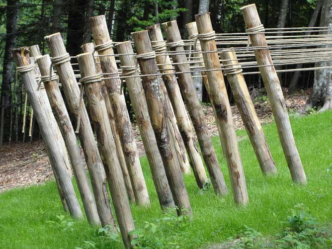 Foto di pali di legno piantati nel terreno e tenuti in trazione