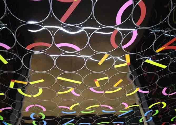 installazione artistica con colori e forme