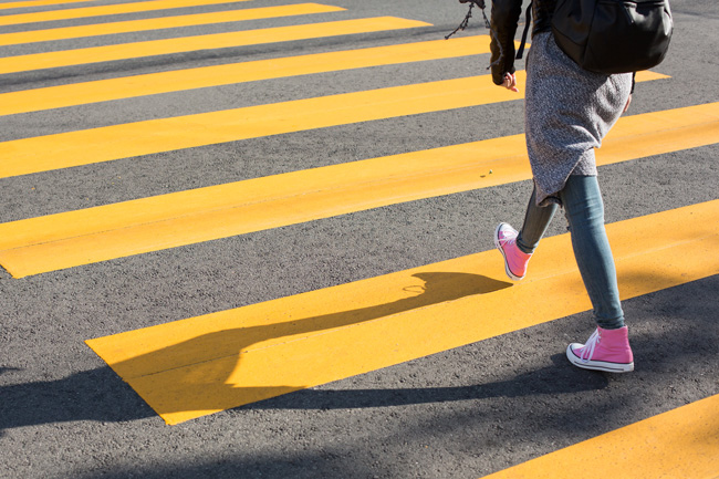 ragazza che attraversa la strada